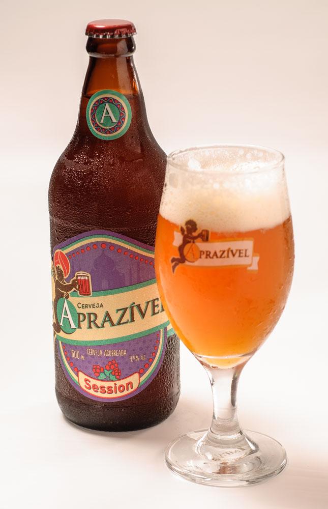 """Session IPA – Receita vencedora do Concurso de Cerveja Aprazível. Tem potente aroma e sabor com baixo teor alcoólico, 4,4%, e moderado amargor. Tem maior """"drinkability"""" e permite os apreciadores do estilo IPA beberem sem se empapuçar. Vencedor: Kelvin Azevedo de Belo Horizonte."""
