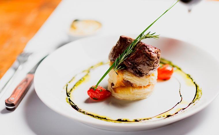 File mignon ao molho Bearnaise batata gratinada