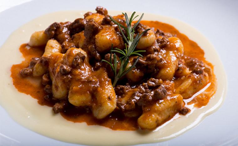 Gnocchi de batata baroa com ragu de cordeiro